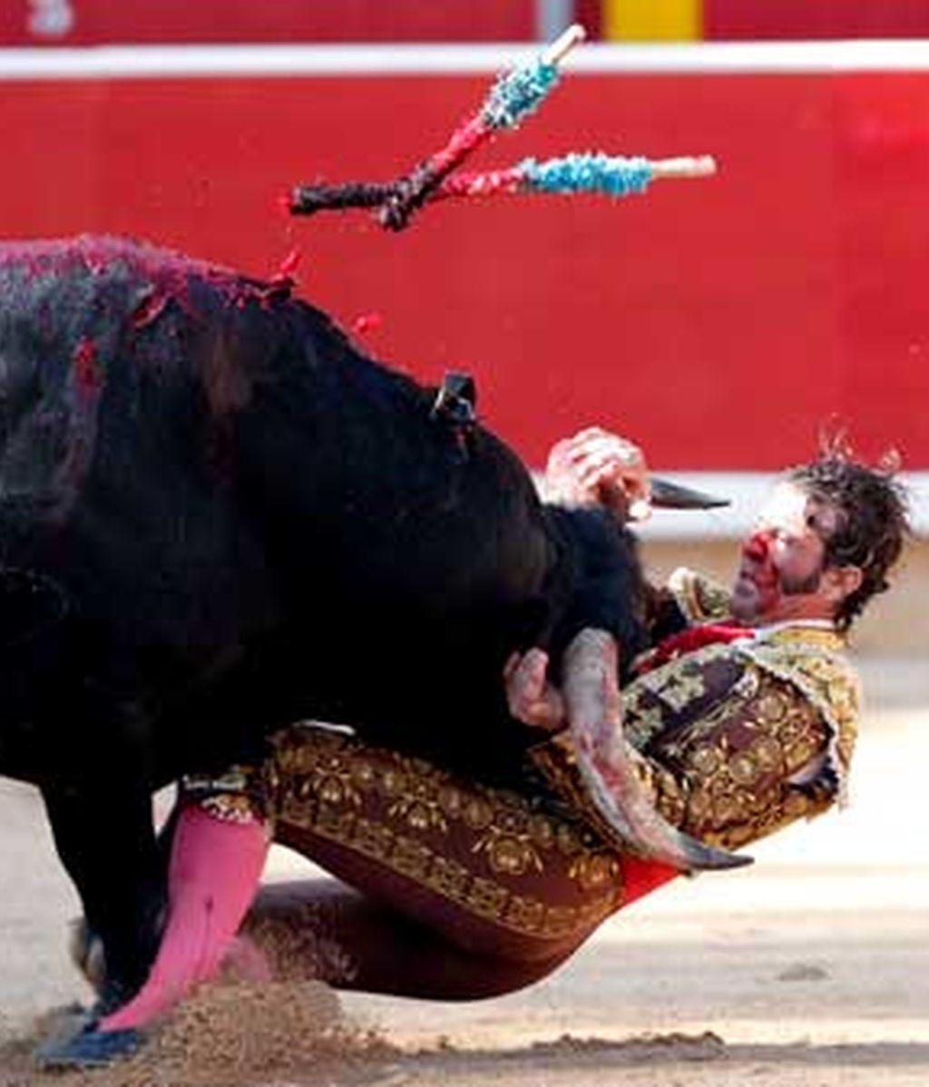 Juan José Padilla es volteado por su primero de la tarde durante la corrida de toros en la Plaza de Pamplona. Foto:EFE.