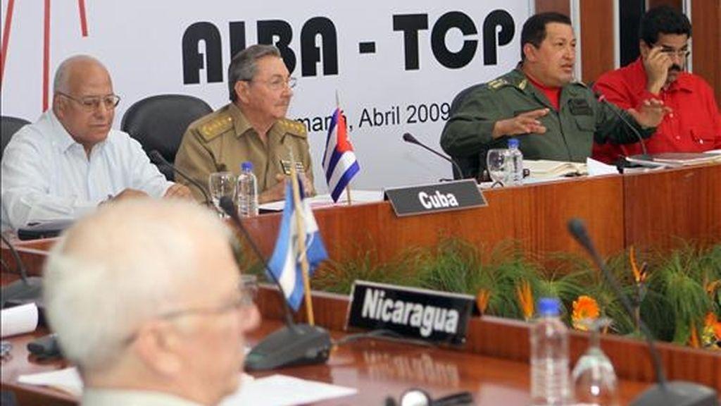El presidente de Venezuela, Hugo Chávez (2-d), habla junto a su homólogo cubano, Raúl Castro (2-i), en la plenaria de la la VII Cumbre de la Alternativa Bolivariana para los Pueblos de Nuestra América (ALBA) en Cumaná (Venezuela) EFE