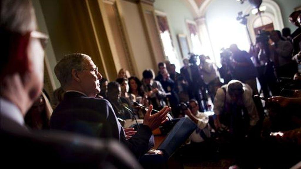 El senador republicano por Kentucky Mitch McConnell comparece ante la prensa en Washington, después del discurso de su partido en contra de la ley que prohíbe a los homosexuales que sirven en las Fuerzas Armadas expresar su orientación sexual abiertamente. EFE