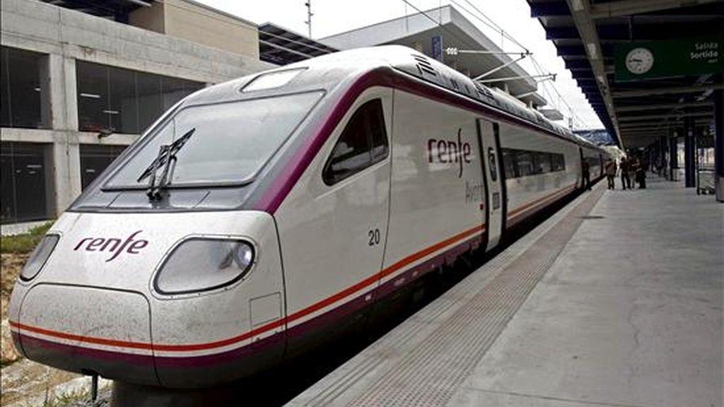 Renfe pondrá en marcha mañana el nuevo servicio AVE lanzadera Jaén-Córdoba-Sevilla-Cádiz con los nuevos trenes de alta velocidad y ancho variable de la serie 121 que permitirá acortar los trayectos Jaén-Sevilla y Jaén-Cádiz en 28 y 46 minutos, respectivamente. EFE/Archivo