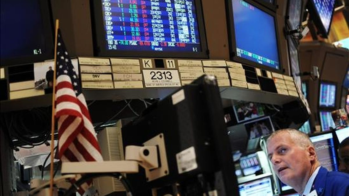 Al cierre de las operaciones, el Dow Jones de Industriales ganó 57,14 puntos y llegó a 9.743,62 puntos, al tiempo que el selectivo S&P 500 avanzó el 0,54% (5,48 puntos) y cerró a 1.028,06 unidades. EFE/Archivo