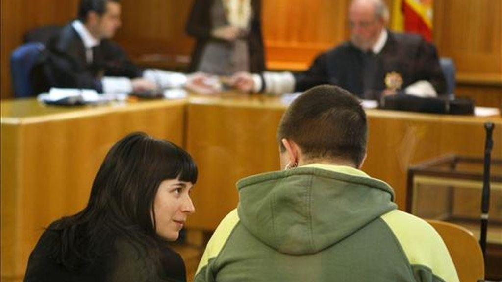 Izaskun Goñi y Daniel Burgos, encargada y dueño, respectivamente, de un bar de Pamplona en el que se exhibían fotos de etarras, durante el juicio que se sigue hoy contra ellos en la Audiencia Nacional por un delito de enaltecimiento del terrorismo, en el que se enfrentan a una petición del fiscal de un año de cárcel. EFE