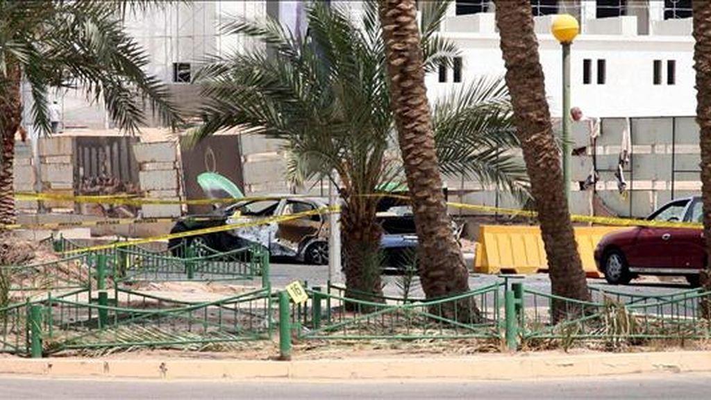 Un coche permanece destrozado a las puertas de hotel Intercontinental en Aqaba, Jordania, este 2 de agosto. EFE