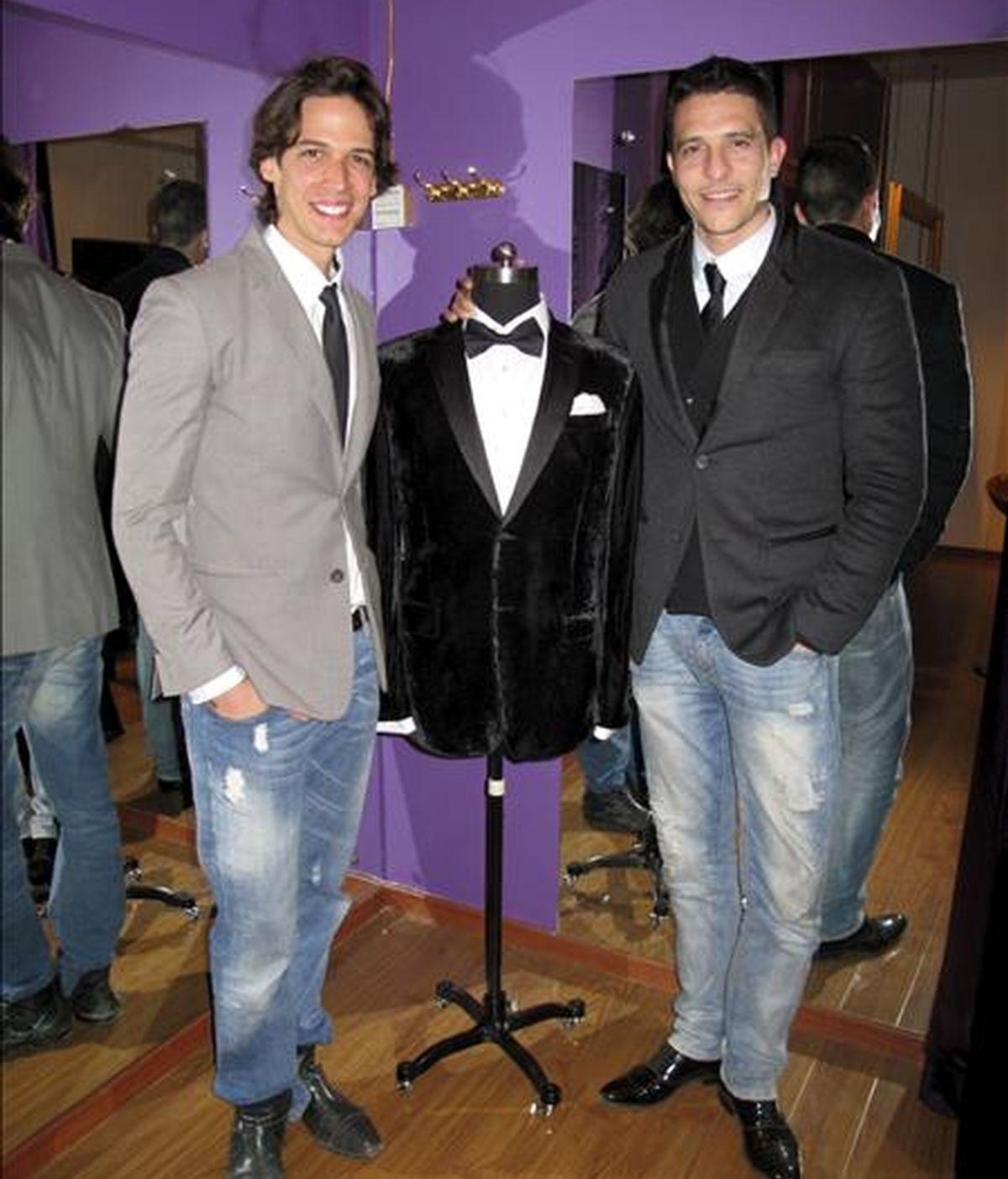 Jose Acosta (i) y Carlos Estévez, dos ex modelos tinerfeños que llegaron a China hace cinco años donde han creado su propia línea de sastrería y moda. EFE/Archivo