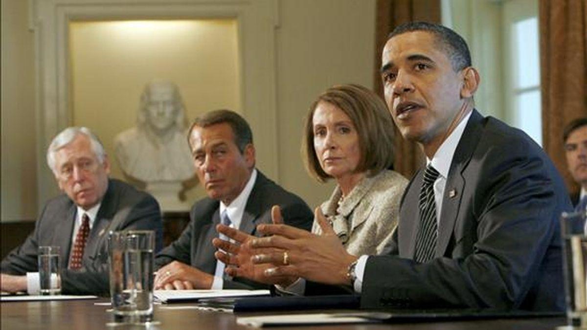 El presidente estadounidense Barack Obama, (der.-izq.) el líder de la mayoría demócrata de la Cámara de Representantes, Steny Hoyer; el líder de la minoría republicana, John A. Boehner; y la presidenta de la Cámara de Representantes, Nancy Pelosi, participan en una reunión bipartita en la Casa Blanca, Washington, D.C.. EFE