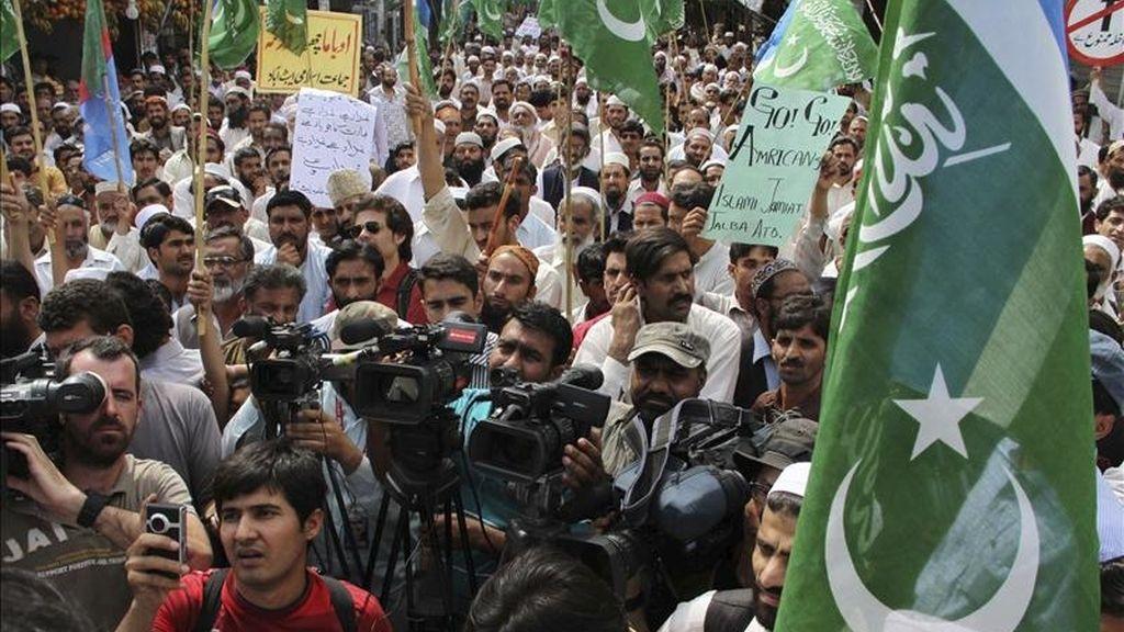 Partidarios del partido islamista paquistaní Jamat-e-Islami se manifiestan contra el ataque estadounidense que acabó con la vida del líder de Al Qaeda, Osama bin Laden, en Abbottabad (Pakistán). EFE