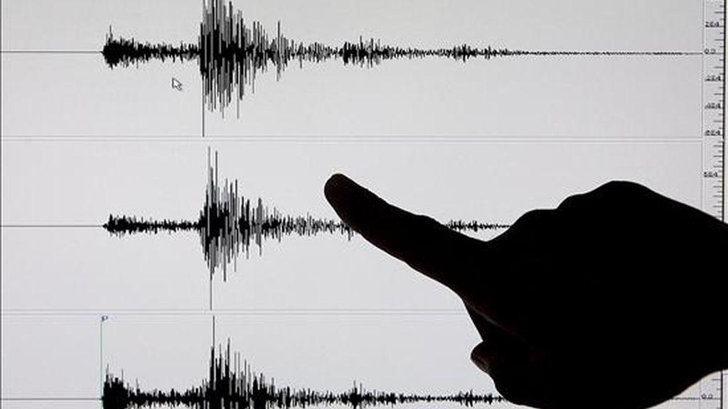 Un investigador señala en un sismógrafo un terremoto de 6,7 grados de magnitud en la escala Richter. EFE/Archivo
