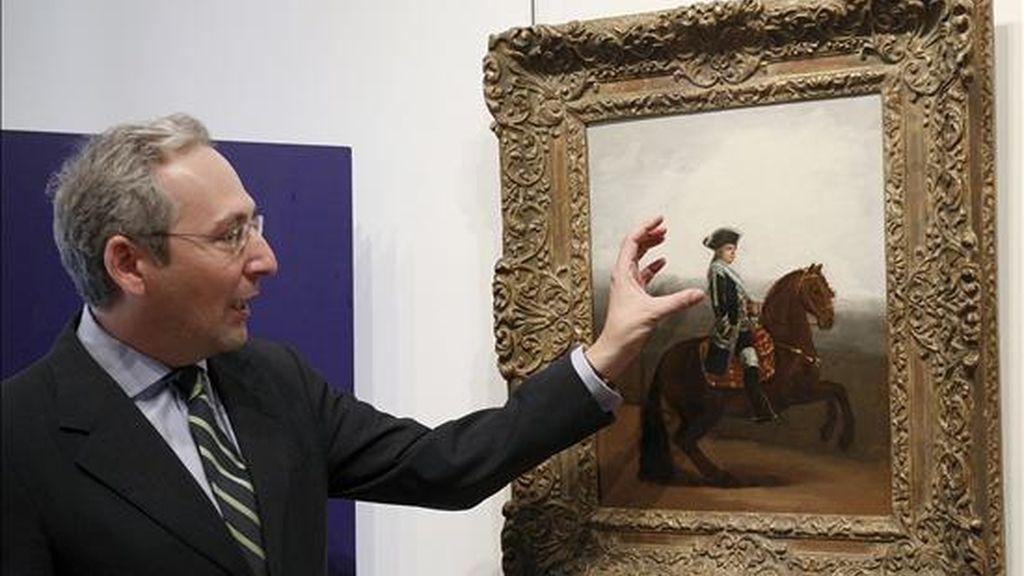 """El consejero delegado de Sotheby's, Pablo Milendo, observa el """"Retrato ecuestre de Manuel Godoy, Duque de Alcudia"""", de Francisco de Goya, que será una obras que protagonizarán la próxima venta de pintura antigua que tendrá lugar el próximo 9 de julio en la casa de subastas Sotheby's de Londres. EFE"""