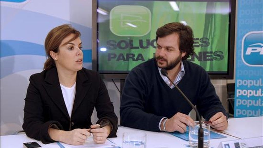 La portavoz del grupo popular del Congreso, Soraya Sáenz de Santamaría y el presidente de Nuevas Generaciones, Ignacio Uriarte, durante la presentación de los miembros encargados de redactar un Plan Nacional para Jóvenes 2009-2012. EFE