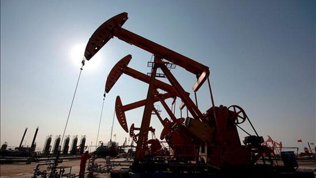 Al finalizar la sesión en la Bolsa Mercantil de Nueva York (Nymex), los contratos de Petróleo Intermedio de Texas (WTI) para entrega en mayo recortaron 1,46 dólares al precio anterior y cerraron en negativo por segunda sesión consecutiva. EFE/Archivo