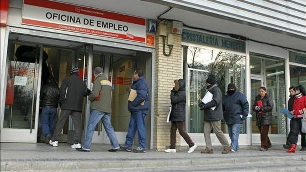 En la imagen, numerosas personas hacen cola para entrar en una oficina de empleo en Madrid. EFE/Archivo