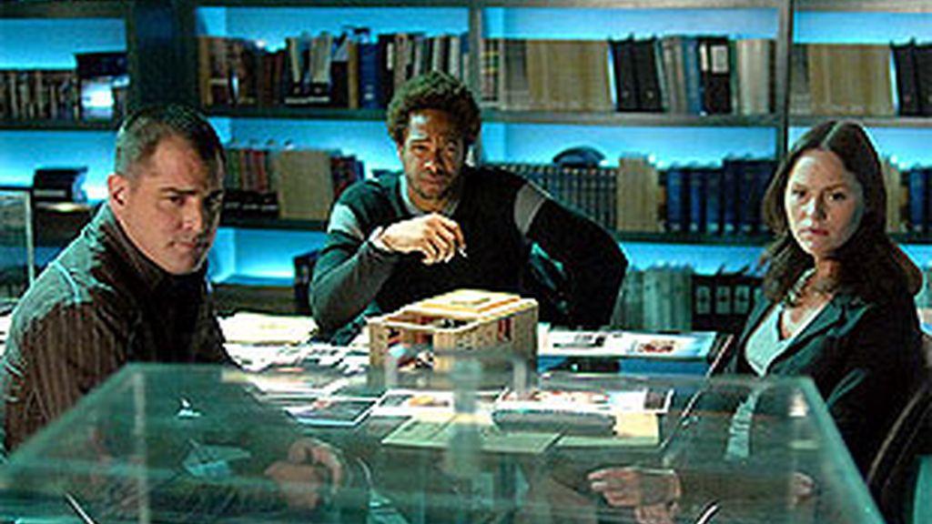 Nick, Warrick y Sara, intrigados por el 'monstruo' de la caja