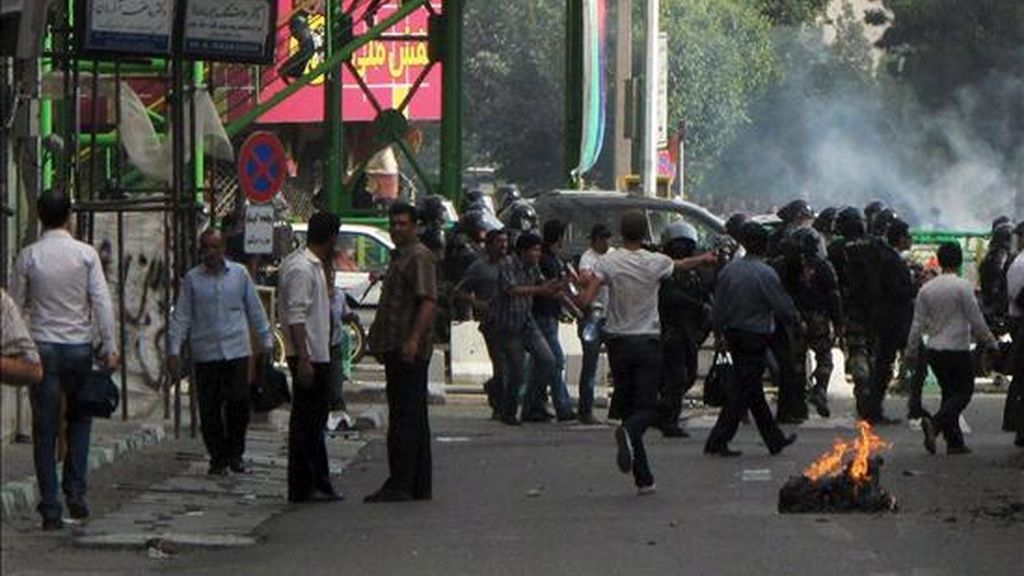 Iraníes se enfrentan a la policía durante una protesta por las calles de Teherán, Irán, el pasado 20 de junio. EFE/Archivo Siguiendo una prohibición sobre los medios internacionales que cubren protestas en Irán EFE está obligada a usar fotografías de fuentes oficiales.