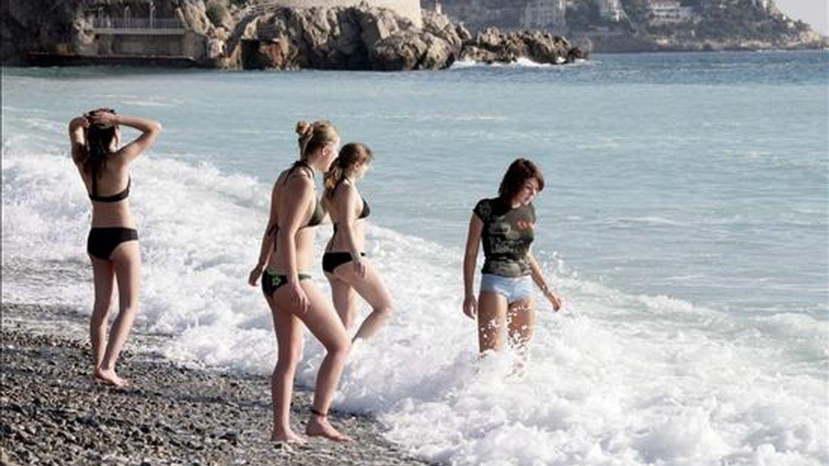 Varias mujeres se bañan en una playa. EFE/Archivo