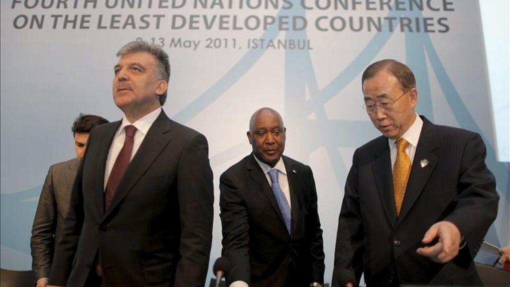 El secretario general de la ONU, Ban Ki-Moon (d) y el presidente de Turquía, Abdullah Gul (i), llegan a una rueda de prensa conjunta en Estambul (Turquía), hoy. EFE