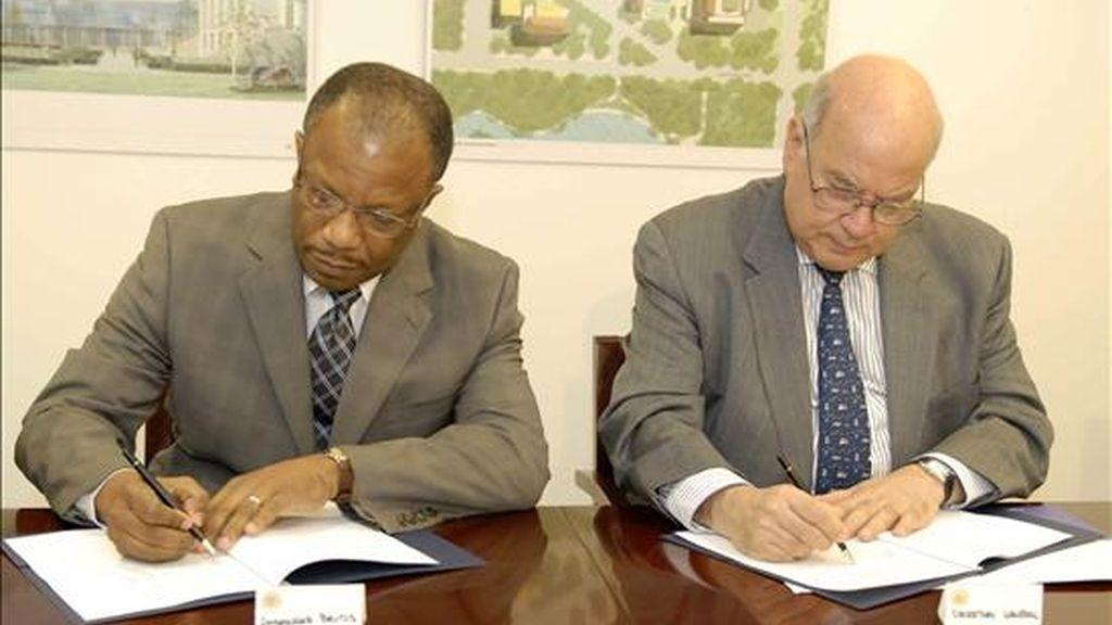 Imagen cedida por la OEA, del secretario general de la OEA, José Miguel Insulza (d), y el representante de Haití ante el organismo, Duly Brutus (i), firman, este 4 de agosto, en Washington (EE.UU.), el acuerdo relativo a los privilegios e inmunidades de la Misión de Observación Electoral OEA-CARICOM. EFE