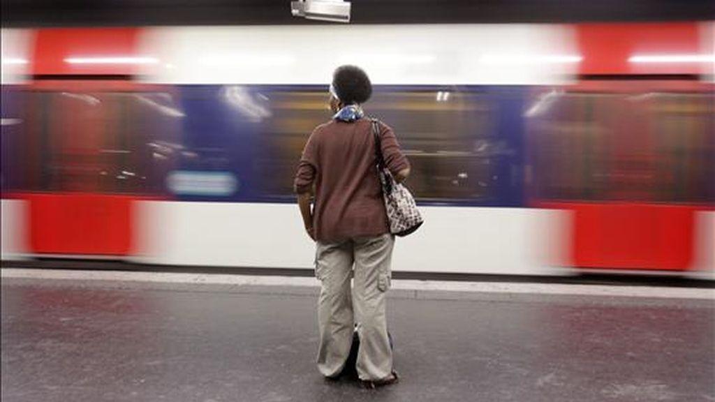 Una pasajera espera por un tren ayer en la estación RER B en Chatelet Les Halles de París (Francia). EFE
