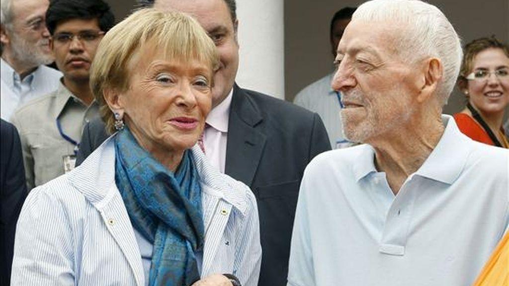 La vicepresedenta primera del Gobierno, María Teresa Fernández de la Vega, junto a Vicente Ferrer, en la India el pasado mes de enero. EFE/Archivo
