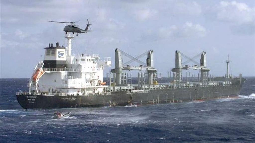 """Fotografía facilitada por el Ministerio de Defensa de un helicóptero y dos """"zodiac"""" de la fragata """"Méndez Núñez"""" en zafarrancho de combate a punto de abordar a un buque con bandera de Hong Kong que se dirigía a Misrata, en el que finalmente se encontró un cargamento de 31.000 toneladas de arroz, el pasado 17 de abril. EFE"""