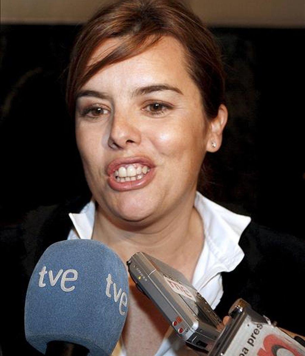 La portavoz del grupo popular, Soraya Sáenz de Santamaría, atiende a los periodistas a su llegada a la reunión de la Junta de Portavoces en la Cámara Baja. EFE