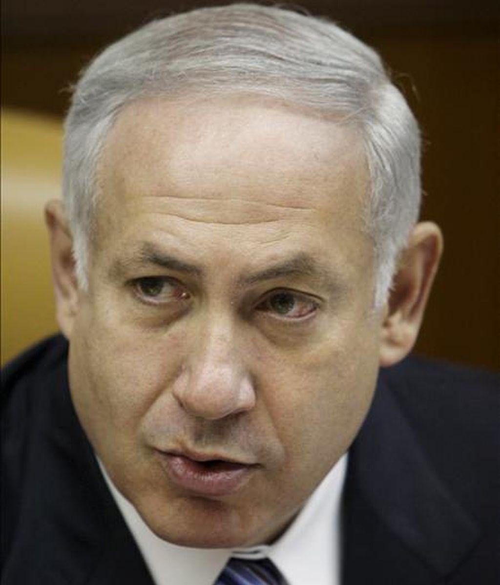 El primer ministro israelí, Benjamin Netanyahu, durante la reunión del consejo de ministros celebrada en Jerusalén (Israel), hoy. Israel ha llamado hoy a consultas a su embajador en Suiza, Ilan Elgar, en protesta por el encuentro que mantuvieron anoche el presidente suizo, Hanz Rudolf Mertz, y su homólogo iraní, Mahmud Ahmadineyad en el marco de la Conferencia de Revisión sobre Racismo, Xenofobia e Intolerancia. La reunión ha provocado la indignación de Israel. EFE/Dan Balilty