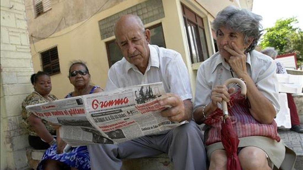 """Un hombre lee el diario oficial Granma en La Habana, en el que se publican las reflexiones del ex presidente Fidel Castro en las que aseguró que """"Cuba ha resistido y resistirá"""", y que """"no extenderá jamás sus manos pidiendo limosna"""", después de que el mandatario estadounidense, Barack Obama. EFE"""