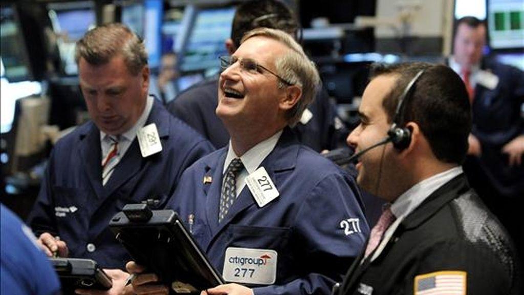 Comisionistas de bolsa trabajan en el parqué de Nueva York (EE.UU.). El Dow Jones de Industriales, registró su mejor día en los últimos tres meses, en una jornada marcada por la publicación de múltiples datos macroeconómicos alentadores tanto en Estados Unidos como en Europa y China. EFE