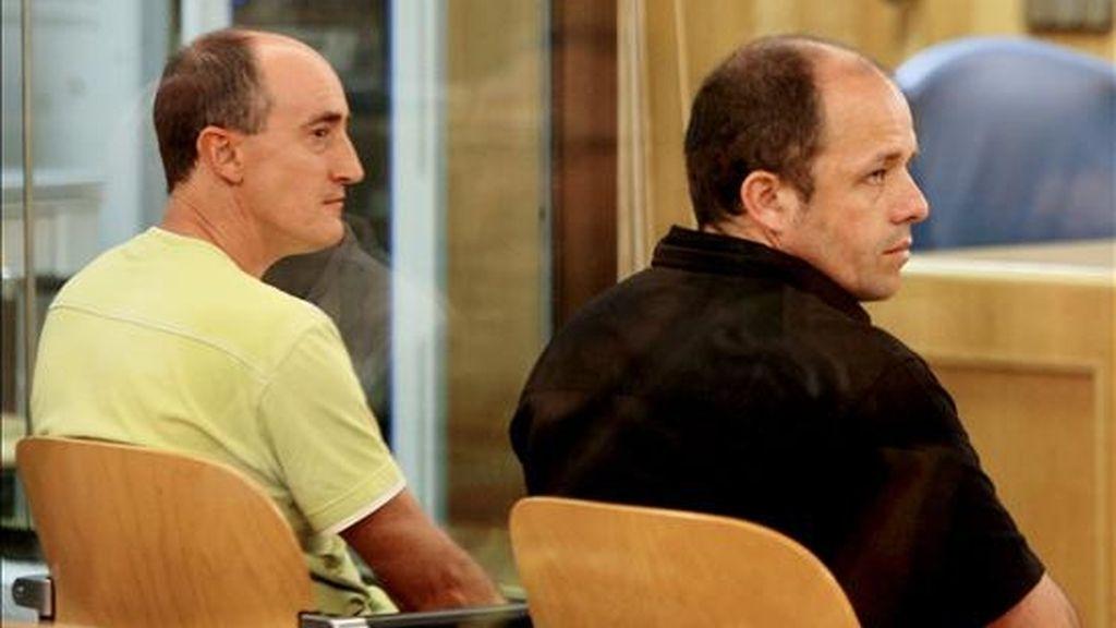 Los miembros del grupo municipal de ANV -ya disuelto- en Berriozar (Navarra) Fermín Irigoyen (i) y Ezequiel Martínez, durante el juicio hoy en la Audiencia Nacional por de un delito de enaltecimiento del terrorismo. EFE