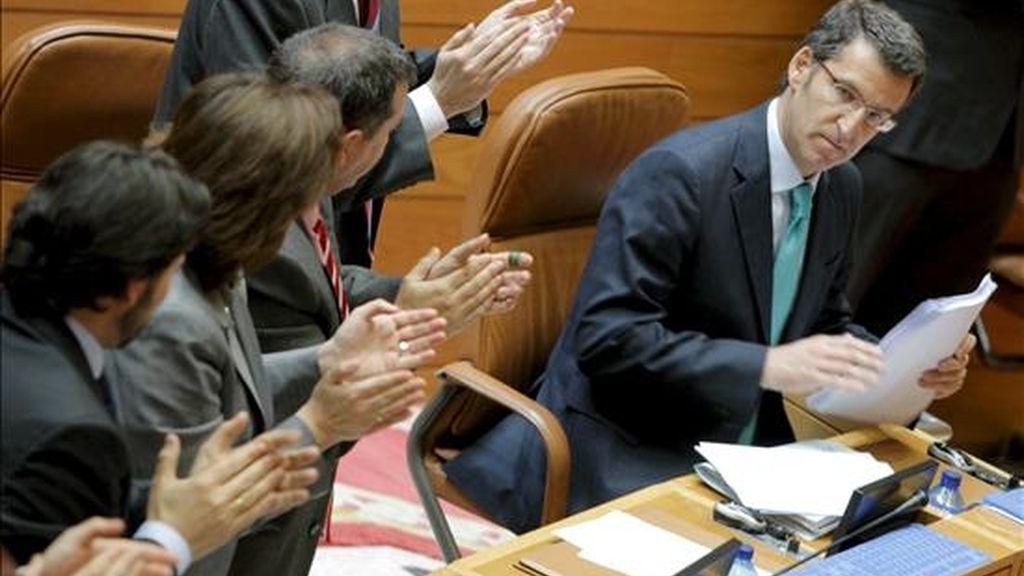 Alberto Núñez Feijóo (d), recibe el aplauso de su grupo parlamentario tras su discurso en la primera jornada del Pleno de Investidura en el Parlamento de Galicia y que le convertirá el proximo jueves 16 en presidente de la Xunta con los votos de la mayoría absoluta del PP de G en la cámara gallega. EFE