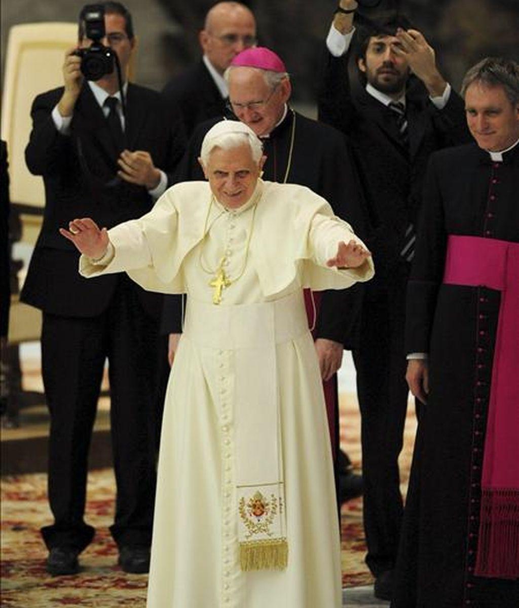 El Papa Benedicto XVI saluda a los peregrinos al comienzo de la audiencia general de los miércoles, celebrada en el salón Nervi del Vaticano, el 4 de febrero. Benedicto XVI hizo hoy un llamamiento para que cesen los combates en Sri Lanka, se respeten los derechos humanos, se garanticen las necesidades alimentarias y médicas de la población, así como la libertad de movimiento. En los últimos días se han registrado violentos combates en el norte de Sri Lanka entre el Ejército y la guerrilla tamil en los que han muerto por los menos 52 civiles. EFE