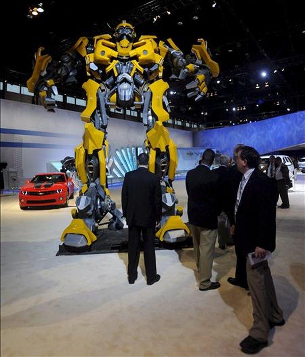 """Varias personas observan al personaje """"Bumble Bee"""" de Transformers en el Salón del Automovil de Chicago. EFE"""