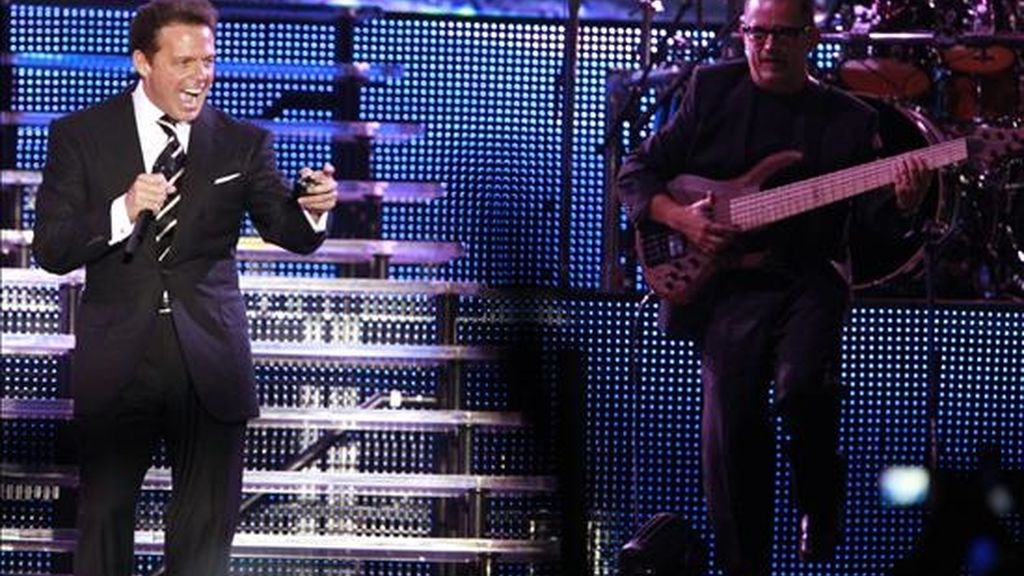 """Fotografía del pasado 6 de septiembre en la que se registró al cantante mexicano Luis Miguel, quien cerrará en Bolivia su gira de conciertos por Latinoamérica, en la que ha presentado su más reciente trabajo, """"Labios de miel"""". EFE/Archivo"""