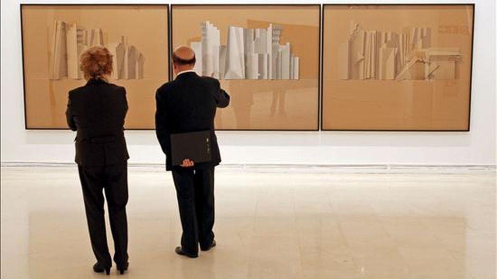 """Dos personas observan los dibujos """"C.TR-I"""", """"C.TR-II"""" y """"C.TR-III"""", de 2007 (izqda a dcha), del artista valenciano Sebastián Nicolau, este mediodía en el IVAM que ha presentado la exposición """"Sebastián Nicolau. Workin"""", integrada por 74 obras entre pinturas, dibujos, collages y esculturas, realizadas por el artista con diferentes técnicas y sobre distintos soportes. EFE"""