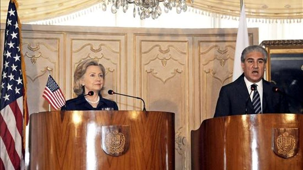 La secretaria de Estado estadounidense, Hillary Clinton (izq), y el ministro de Exteriores paquistaní, Shah Mehmud Qureshi (dcha), dan una rueda de prensa conjunta en Islamabad (Pakistán) hoy, lunes, 19 de julio de 2010. EFE