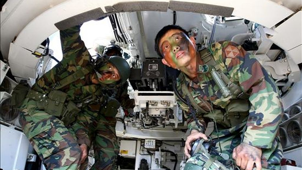 """Imagen de unos militares durante unas maniobras militares del ejército surcoreano por un posible ataque norcoreano en Cheorwon, Corea del Sur, hoy jueves 18 de junio. Corea del Norte ha afirmado que la situación en la península está """"más tensa que nunca"""" y ha acusado a Corea del Sur de aumentar la tensión ante un posible conflicto armado. EFE"""
