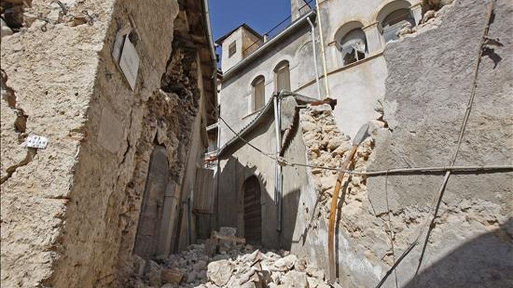 Estado en el que quedó un edificio tras el terremoto de 5,8 grados de magnitud en la escala de Richter que sacudió el centro de Italia el 6 de abril, en Tempera, en la región de L'Aquila (Italia). EFE/Archivo
