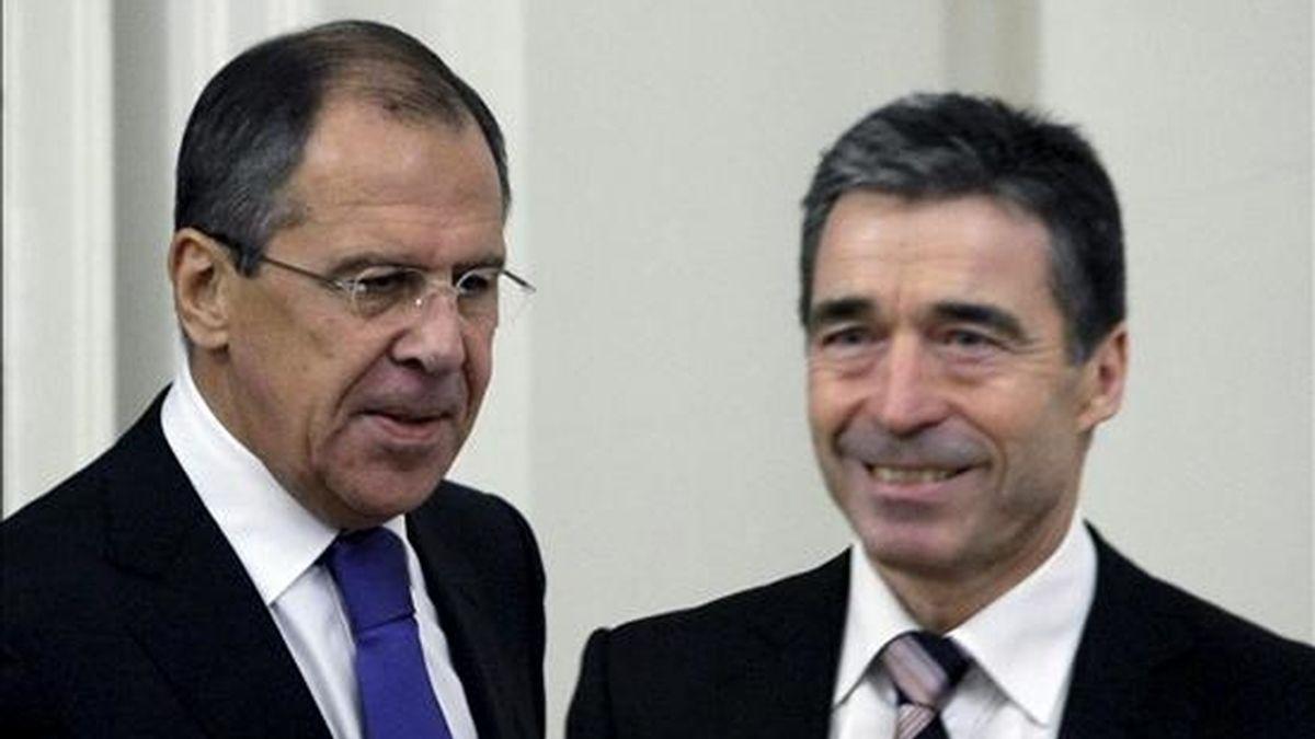 El secretario general de la OTAN, Anders Fogh Rasmussen (d), durante su reunión con el ministro ruso del Exterior, Sergei Lavrov (i), en Moscú (Rusia), el 3 de noviembre de 2010. EFE/Archivo