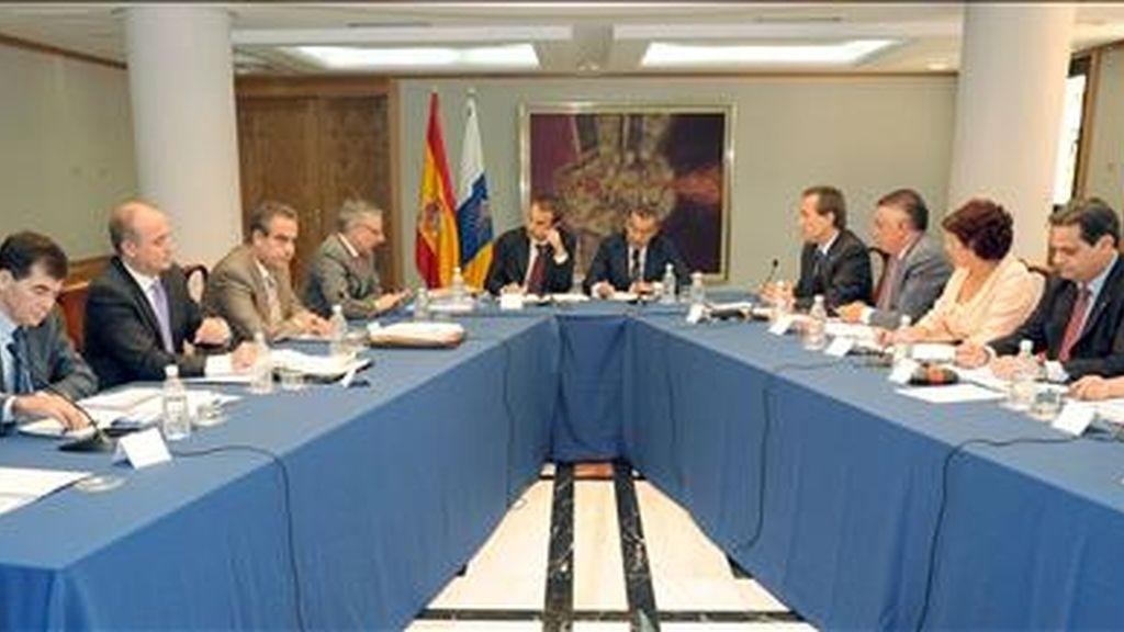 El presidente del Gobierno, José Luis Rodríguez Zapatero (6i), el presidente de Canarias, Paulino Rivero (6d), junto a los ministros de Trabajo, Celestino Corbacho (4i), de Industria, Miguel Sebastián (3i) y de Fomento, José Blanco (2i), y los consejeros del Ejecutivo canario de Turismo, Rita Martín (d), de Empleo, Jorge Rodríguez (2d), de Bienestar Social, Inés Rojas (3d), de Industria, José Ramón Hernández (4d), y de Presidencia, José Miguel Ruano (5d), durante la reunión que mantuvieron hoy en la sede de la Presidencia del Ejecutivo regional en Las Palmas de Gran Canaria. EFE