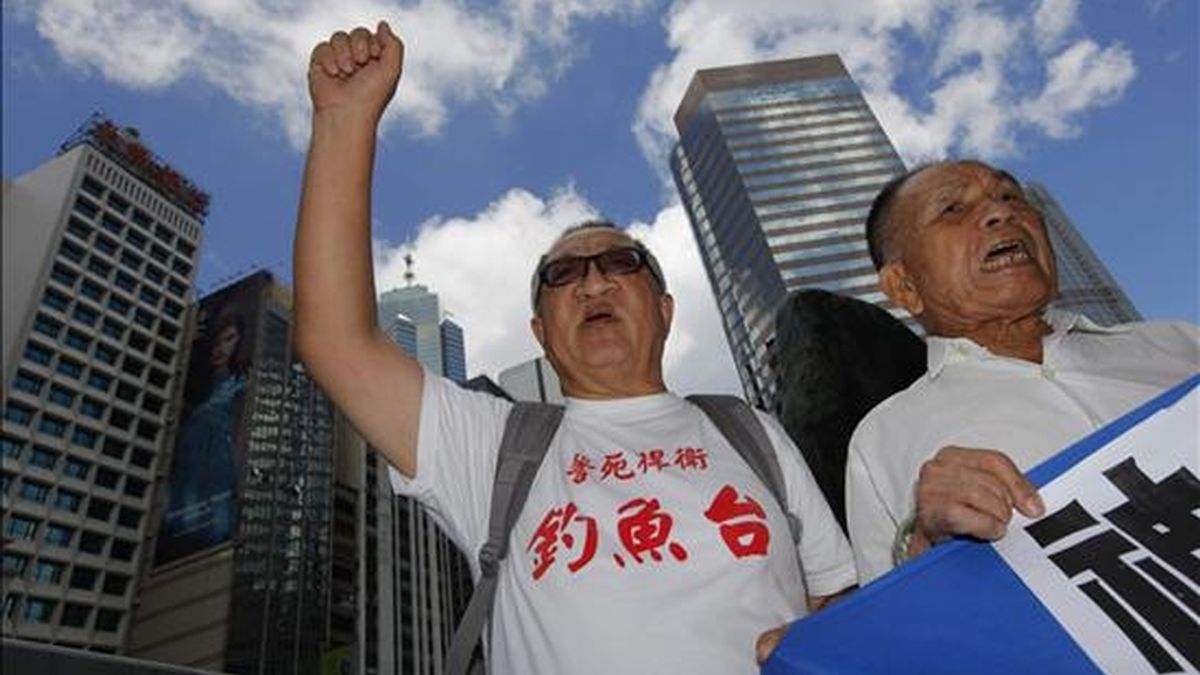 Dos hombres gritan arengas durante una protesta en las afueras del consulado japonés en Hong Kong (China). EFE/Archivo