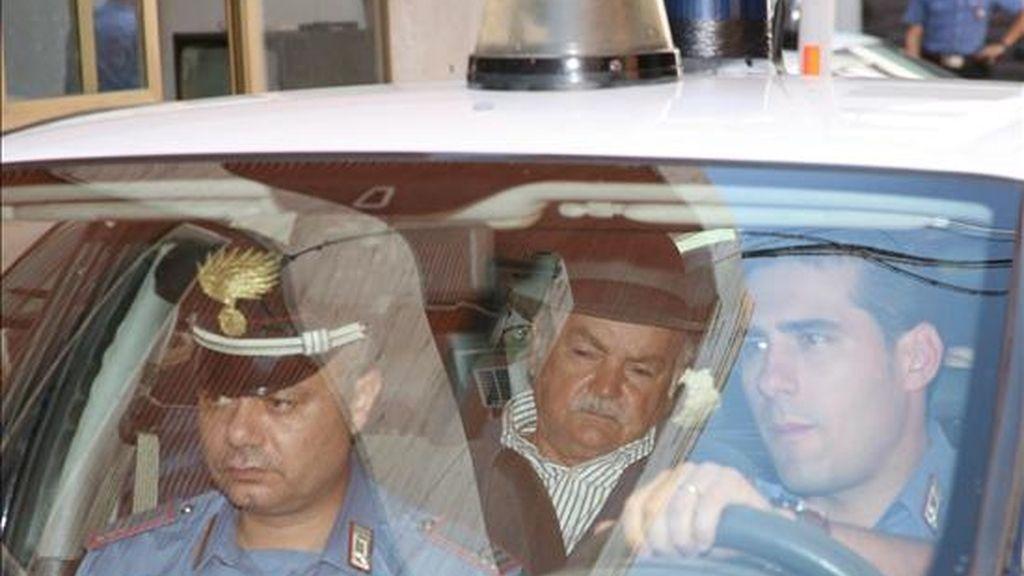 Un hombre no identificado (c) es trasladado en un coche policial por dos Carabineros en Reggio Calabria, sur de Italia, hoy, martes, 13 de julio de 2010. La policía italiana arrestó hoy a Domenico Oppedisano, considerado por los investigadores como el jefe, el gran capo de la 'Ndrangheta, la mafia calabresa, confirmaron a Efe fuentes policiales. EFE
