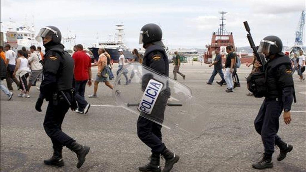 Agentes de Policía Nacional siguen a un grupo de trabajadores del sector metalúrgico de la provincia de Pontevedra en una jornada en la que se cumplen quince días de huelga. EFE