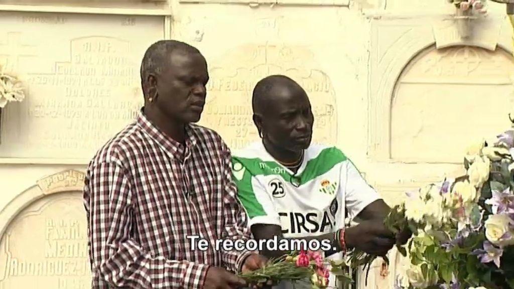 Tamaru pone flores a la tumba de Camarón