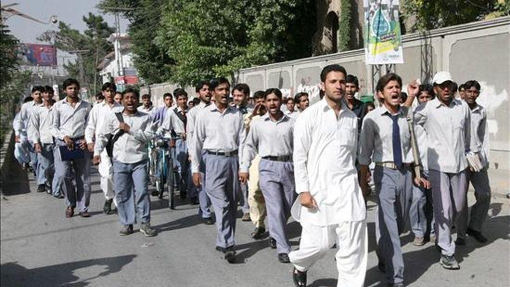Estudiantes se manifiestan contra el asesinato del director de su centro de estudios superiores a manos de un hombre armado con identidad desconocida, en Quetta, capital de la provincia de Balochistán, Pakistán, hoy martes 23 de junio. EFE