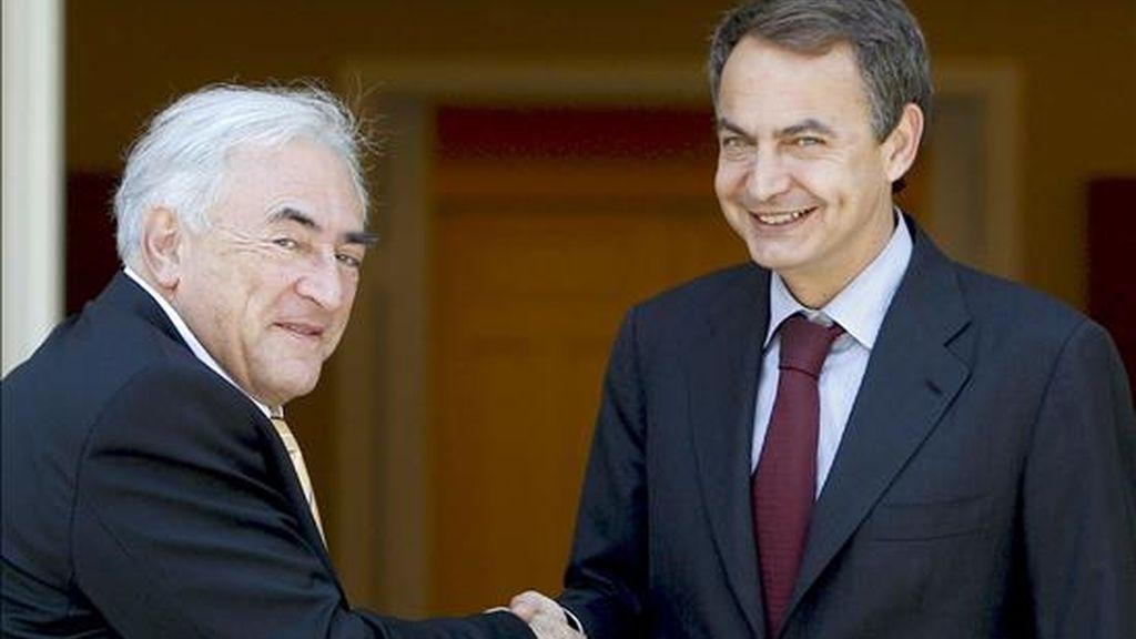 El presidente del Gobierno, José Luis Rodríguez Zapatero (d), saluda al director gerente del Fondo Monetario Internacional, Dominique Strauss Kahn, con quien se reunió el pasado 18 de junio. EFE/Archivo