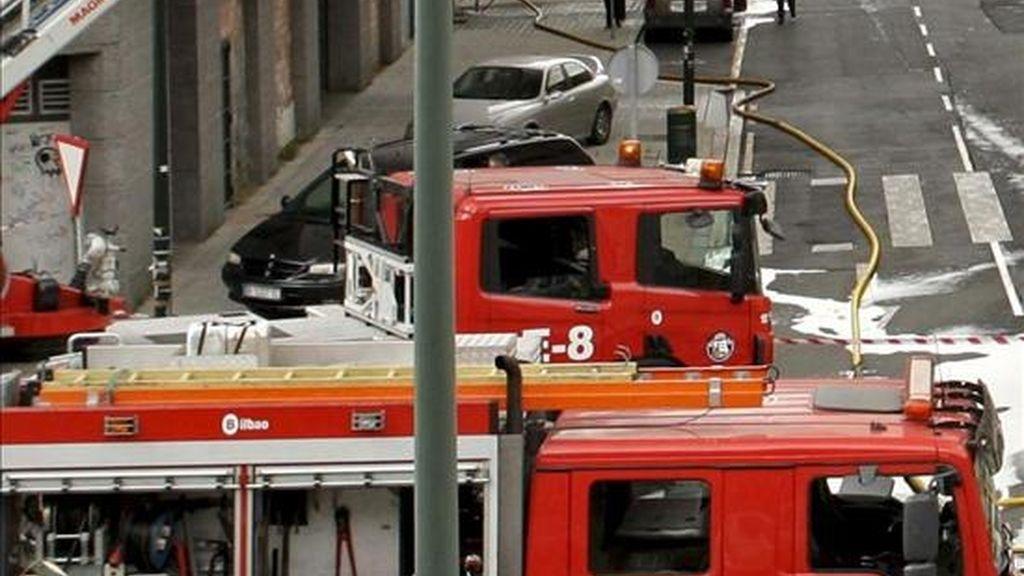 Un coche de bomberos en un incendio. EFE/Archivo