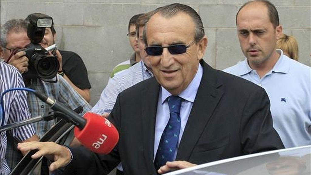 El presidente Provincial del PP y de la Diputación de Castellón, Carlos Fabra, abandona los juzgados tras prestar declaración por presunto delito contra la Hacienda Pública, entre otros. EFE