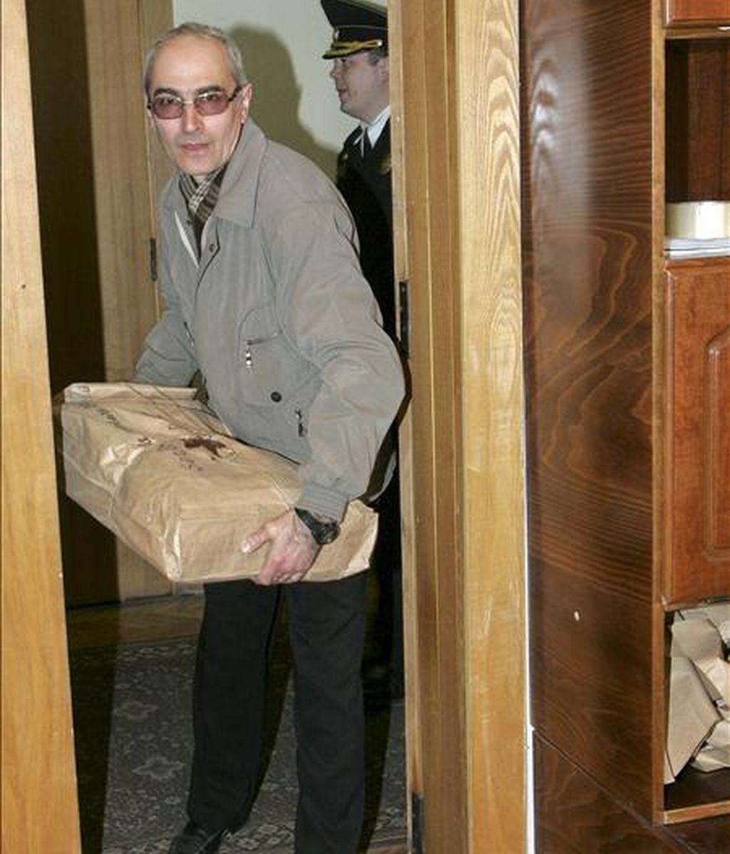 Un secretario electoral traslada al ayuntamiento de Chisinau papeletas de voto de las recientes elecciones parlamentaria. EFE