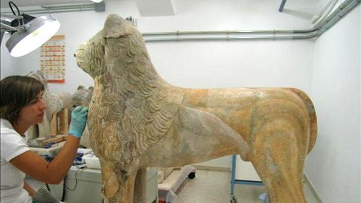 En la imagen, piezas del Patio de los Leones, el más emblemático de la Alhambra, en proceso de restauración. EFE/Archivo
