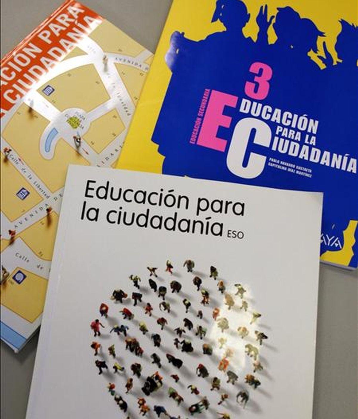 En la imagen, varios de los libros de Educación para la Ciudadanía para tercero de la ESO. EFE/Archivo