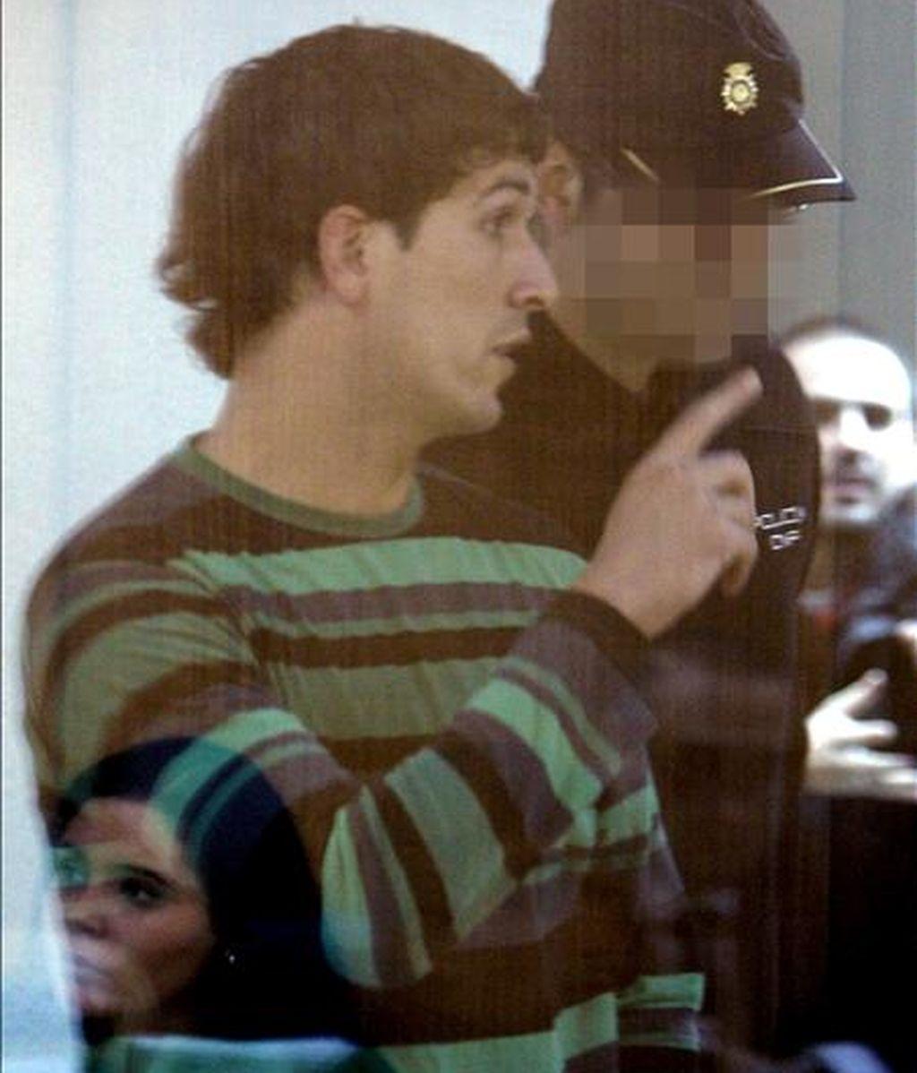 La Audiencia Nacional juzga desde hoy al presunto etarra Arkaitz Goikoetxea (en la imagen) y a sus supuestos colaboradores Iñigo Gutiérrez y Aitor Cotano, acusados de participar en la preparación y ejecución del atentado contra el cuartel de la Guardia Civil en Legutiano (Alava) el 14 de mayo de 2008, en el que murió el agente Juan Manuel Piñuel. EFE